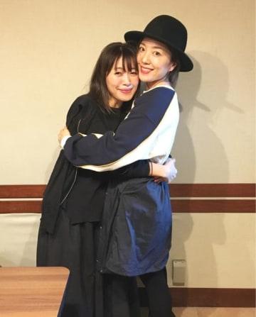 平原綾香さん(右)と、番組パーソナリティの坂本美雨(左)
