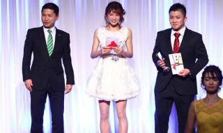 アマチュア部門の最優秀選手賞に選ばれた菅原(中央)、目黒翔太(右)