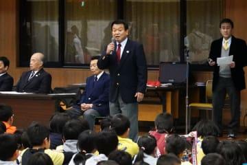 関西少年少女選手権の開会式であいさつする上誠一会長