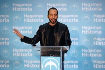 3日、エルサルバドルの首都サンサルバドルで、大統領選後に記者会見するブケレ氏(ロイター=共同)