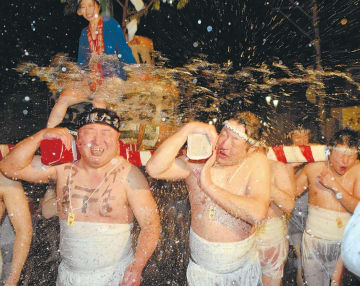 みこしを担いだ男衆らが力水を浴びて通りを練り歩いた