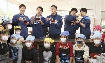 児童と一緒に作った魚うどんに舌鼓を打つ(左から)西武の佐藤、森脇、粟津、松本航、山野辺=日南市