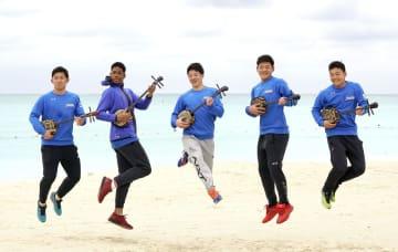 休日に習った三線を手にビーチでポーズをとる(左から)柿木、万波、吉田輝、野村、田宮=国頭
