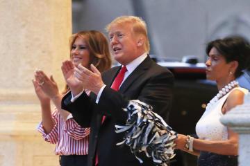 米フロリダ州の会合に参加したトランプ大統領(中央)とメラニア夫人(左)=3日(AP=共同)