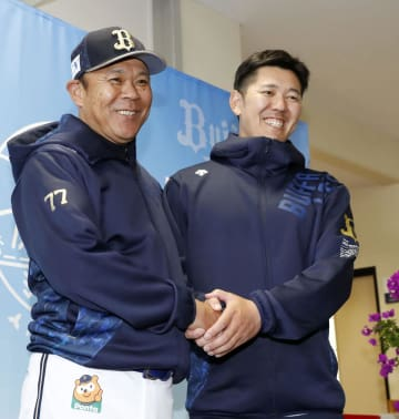 オリックスに入団が決まり西村監督(左)と握手をする成瀬=宮崎