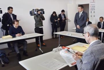 調査委員会の初会合であいさつする福島県伊達市の須田博行市長(右奥)=4日午後、伊達市