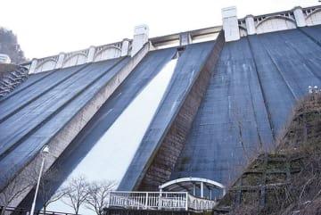 常用洪水吐きからの代替放流=4日午前、秩父市の浦山ダム