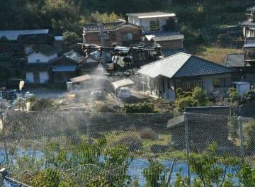 ミカン畑に水をまく農薬散布用ドローン=津久見市