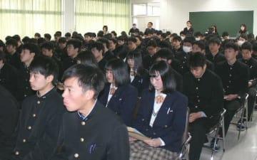 行政手続きやマイナンバーカードの特徴などについて熱心に耳を傾ける生徒=日田市の日田林工高校