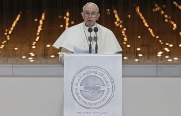 宗教間会合で演説するローマ法王フランシスコ=4日、アブダビ(AP=共同)
