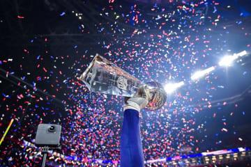 スーパーボウルで掲げられた優勝トロフィー=4日、アトランタ(UPI=共同)
