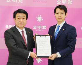 知事選に向けて政策協定を交わした鈴木氏(右)と稲津代表