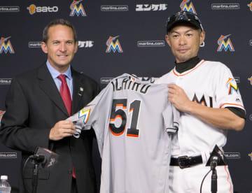 2016年8月、米国野球殿堂博物館に、メジャー3千安打を達成した際のユニホームを寄贈するマーリンズのイチロー。左はジェフ・アイドルソン館長=マイアミ(共同)