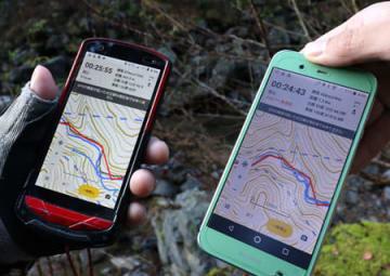 圏外でも現在地を示す登山アプリ。ただ、左右のスマホでは現在地の表示に微妙なずれが生じた(大津市葛川坂下町)