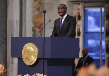 オスロでのノーベル平和賞授賞式で演説するムクウェゲ氏=2018年12月10日(AP=共同)