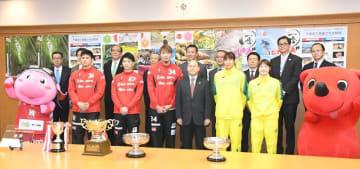 滝川副知事(前列右から3人目)に優勝を報告した千葉ジェッツふなばしとJX-ENEOSの選手たち=4日、千葉県庁