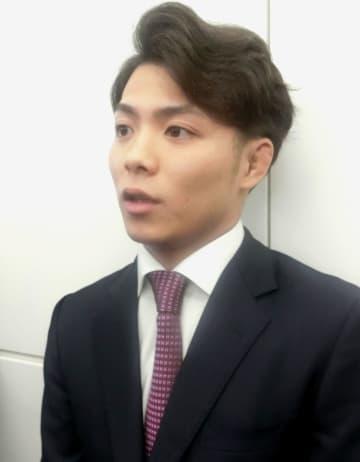 羽田空港で取材に応じる柔道男子の阿部一二三=5日