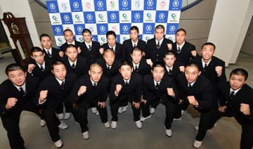 青森市の東奥日報社を訪れ、甲子園での健闘を誓う八学光星ナイン=4日午前