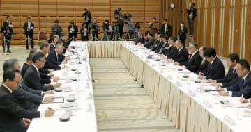 春闘を巡り会談する連合(右)と経団連のトップら=5日午前、東京・大手町の経団連会館