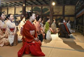 西本願寺を訪れた舞妓ら=5日午前、京都市
