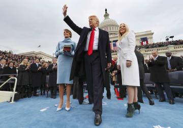 2017年1月、就任式で宣誓を終え、手を振るトランプ米大統領=ワシントン(AP=共同)