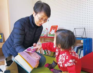 車内で子どもに読み聞かせをする江幡代表