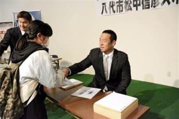 ファンと握手する元プロ野球ソフトバンクの松中信彦さん=八代市