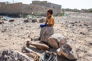 イエメン南西部、タイズ県モウザで除去された地雷やロケット弾を見つめる少年 © Agnes Varraine-Leca/MSF