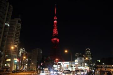 赤くライトアップされた東京タワー。春節に合わせてライトアップされるのは初めてだ