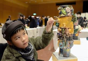 陶製のアートにさわって鑑賞する県立盲学校の児童=熊本市中央区