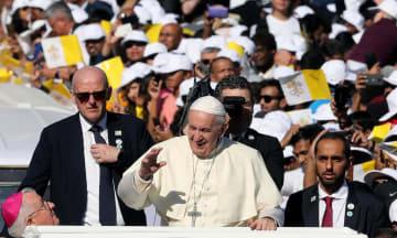 アラブ首長国連邦(UAE)のアブダビで、ミサを行う競技場に到着し手を振るローマ法王フランシスコ(中央)=5日(ロイター=共同)