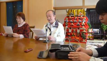市川修一さんへのメッセージを収録する兄健一さん(中央)と龍子さん(左)=鹿屋市輝北
