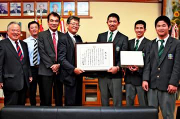 表彰状を受け取る沖縄工業高野球部の(右から)高良太吾さん、仲村渠弘人さん、東江省吾さん=5日、同校