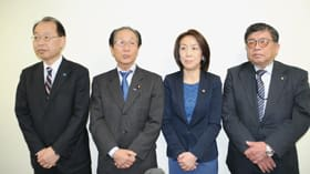 石川氏の知事選擁立を発表する立民道連の佐々木代表(左から2人目)=5日午後3時35分、札幌市中央区
