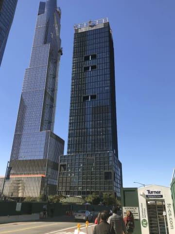 ニューヨーク・マンハッタンの高層ビル「55ハドソンヤード」(右)=2018年10月(共同)