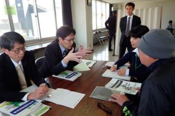 【合同出張相談会に訪れた元労働者(右手前)=亀山市役所で】
