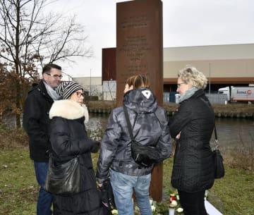 クリス・ゲフロイさんの慰霊碑前に立つ、兄シュテファンさん(左端)ら=5日、ベルリン(共同)