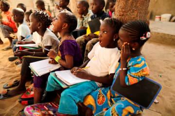 野外の学校で授業を受ける子どもたち=セネガル・ダカール=2019年1月(ロイター=共同)