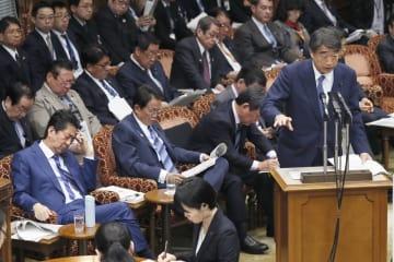 参院予算委で答弁する根本厚労相(右端)。手前左端は安倍首相=6日午前