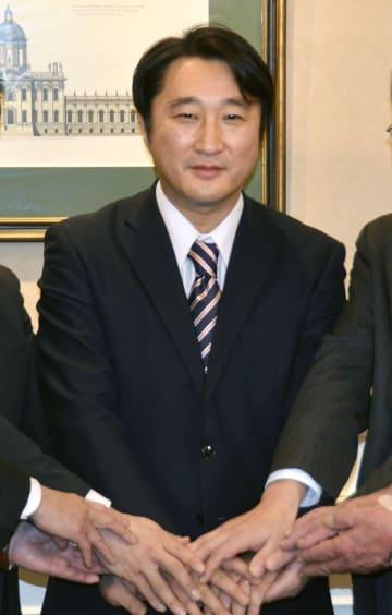 北海道知事選への立候補を表明した石川知裕氏=6日午前、札幌市内のホテル