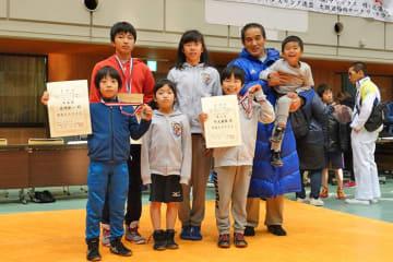 広島から参加した広島クラブの選手と向井孝博さん(後列右端)