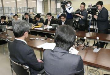 記者会見する自殺した男子生徒の両親=6日午前、山口県庁