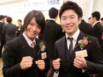 柔道の阿部詩選手と並んでファイティングポーズを取る拳四朗選手(大阪市北区)