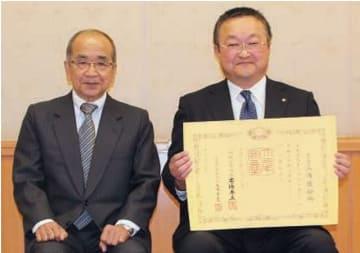 紺綬褒章を受章した三浦造船所の三浦唯秀社長(右)