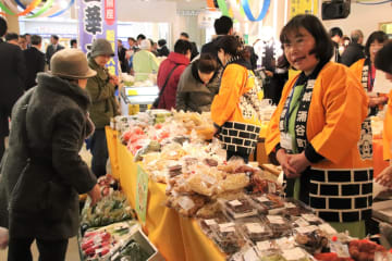 4市町の野菜や特産品が並ぶ物産展