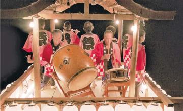 やぐらの上で双葉盆唄を演奏する映画の一場面((c)2018テレコムスタッフ)