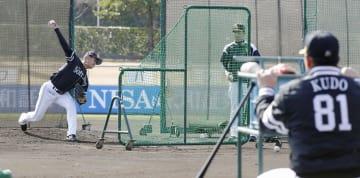 工藤監督(81)が見守る中、打撃投手を務めたソフトバンク・奥村=宮崎