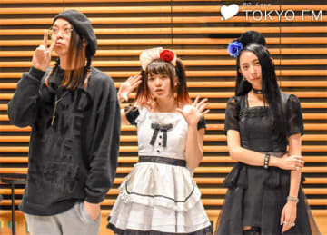 BAND-MAIDの小鳩ミクさん(中央)と彩姫さん(右)。左は番組パーソナリティのMUCC・逹瑯