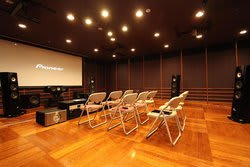 初の一般公開となるパイオニア視聴室で、「UDP-LX800」の視聴会が開催