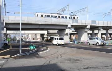 高架を走るえちぜん鉄道の車両と、踏切に遮断されることなく交差道路を通る車=1月30日